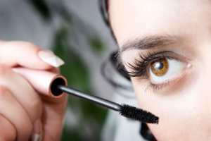02-sloppy-makeup-mascara-brush